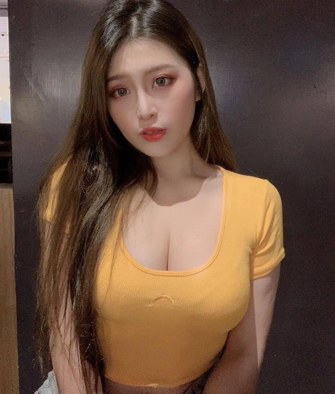 台湾网红Yumi.K穿低胸装上街惹争议!10
