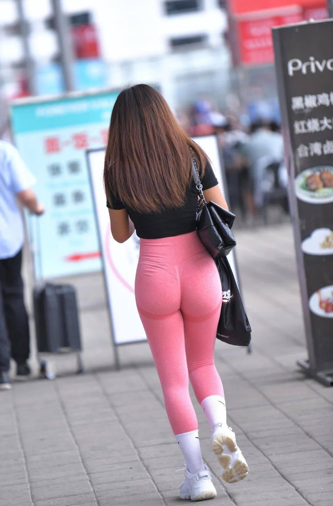 [街拍美女]显瘦又显腿长的瑜伽裤,搭配黑色上衣,青春有活力5