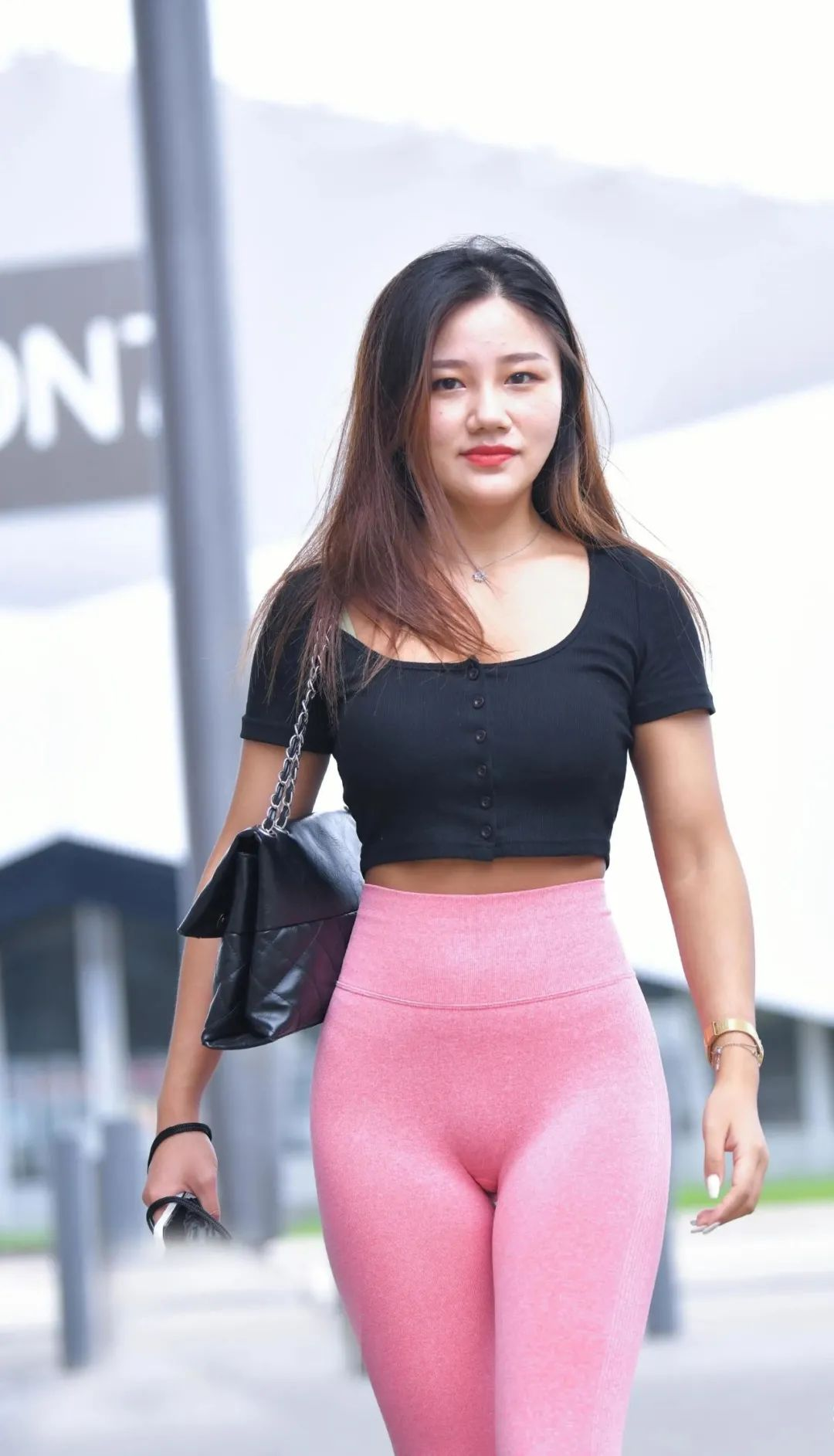 [街拍美女]显瘦又显腿长的瑜伽裤,搭配黑色上衣,青春有活力2