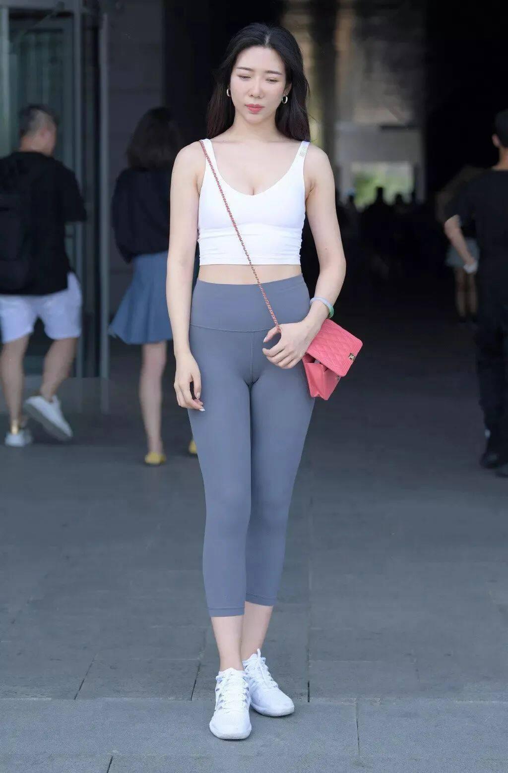 """[街拍美女]谁说""""健美裤""""不能穿上街头?搭配一双运动鞋很有范2"""