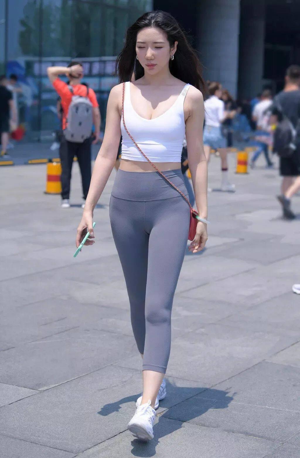 """[街拍美女]谁说""""健美裤""""不能穿上街头?搭配一双运动鞋很有范"""
