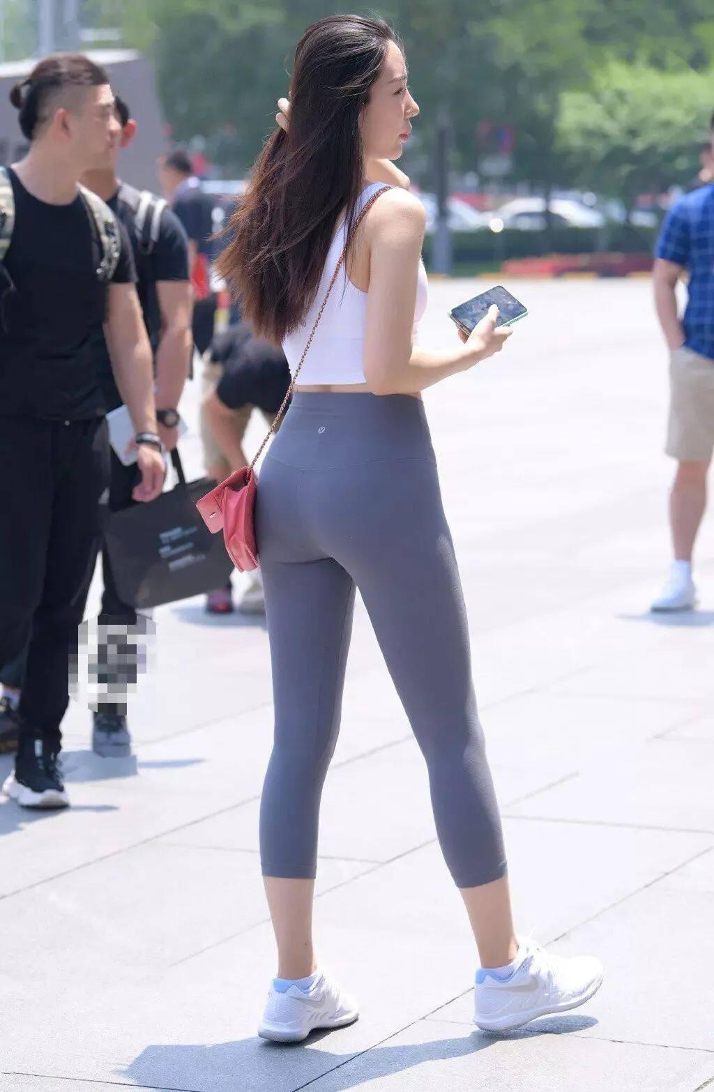 """[街拍美女]谁说""""健美裤""""不能穿上街头?搭配一双运动鞋很有范4"""