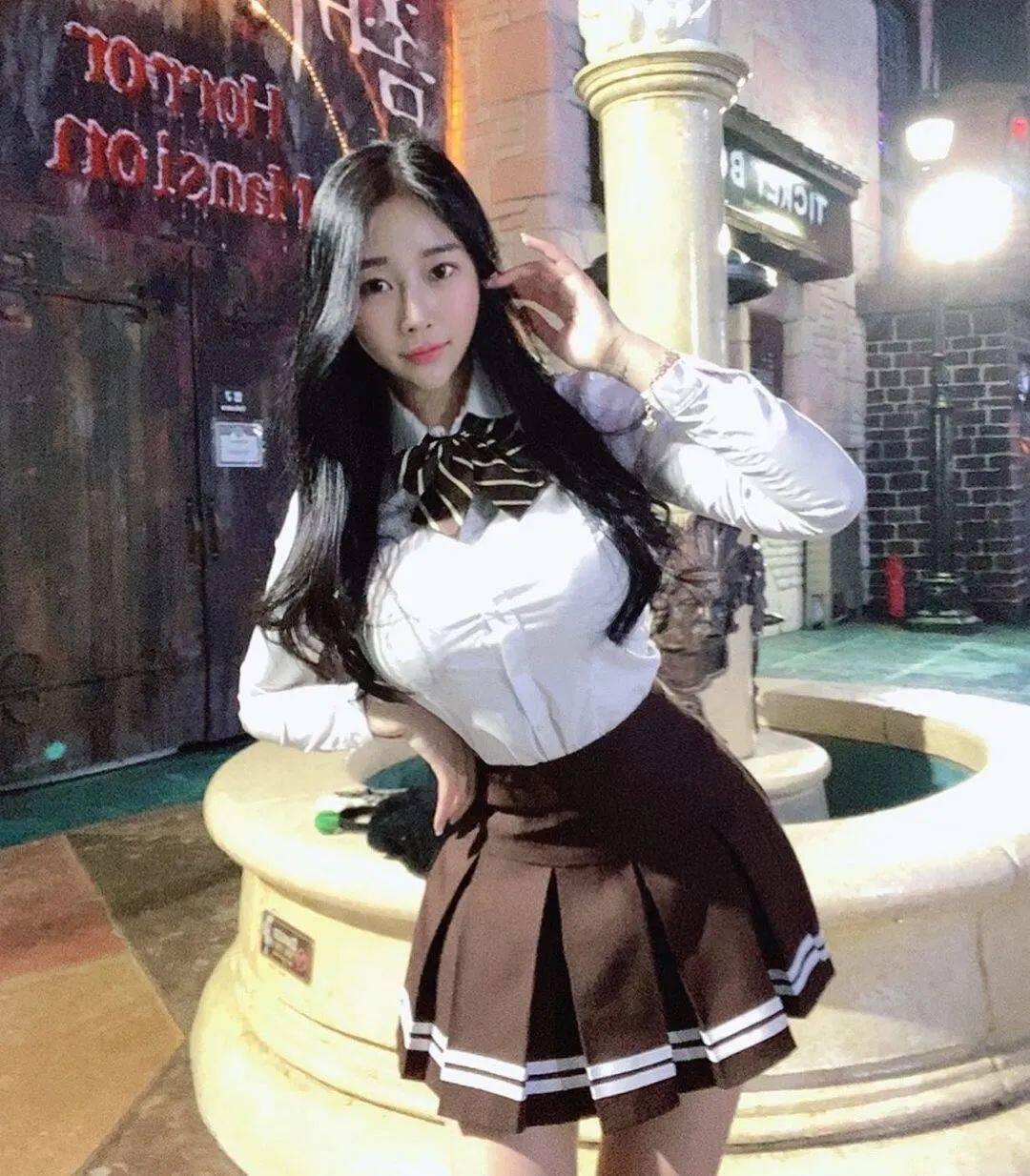 清纯脸蛋+暴力身材!喜欢穿比基尼的韩国正妹4