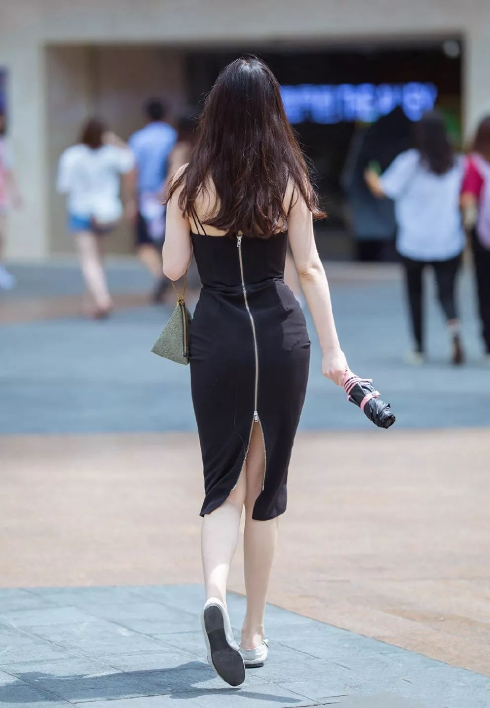 [街拍美女]深V真空无内性感街拍,胸型完美,这是没穿内衣吗3