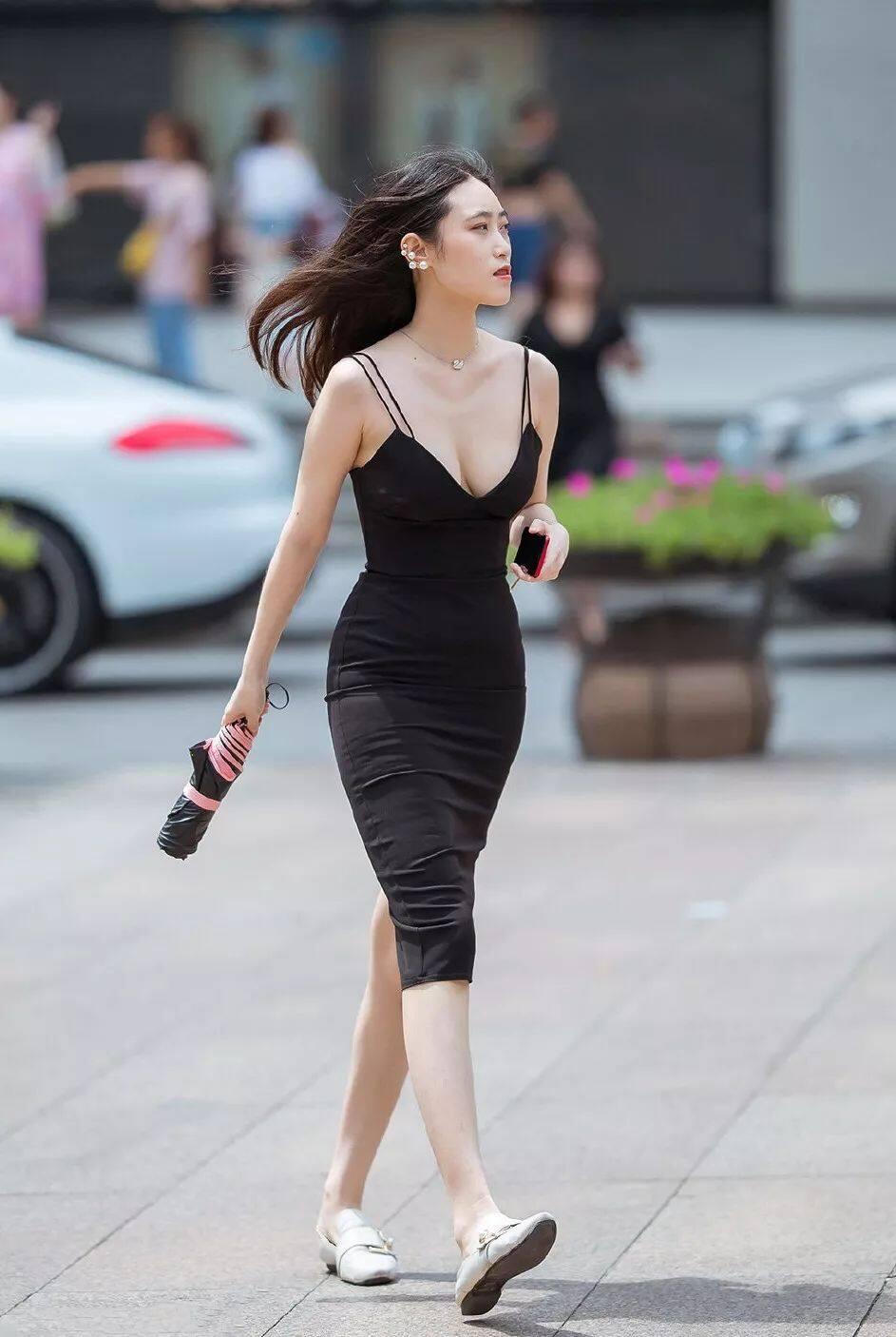 [街拍美女]深V真空无内性感街拍,胸型完美,这是没穿内衣吗2