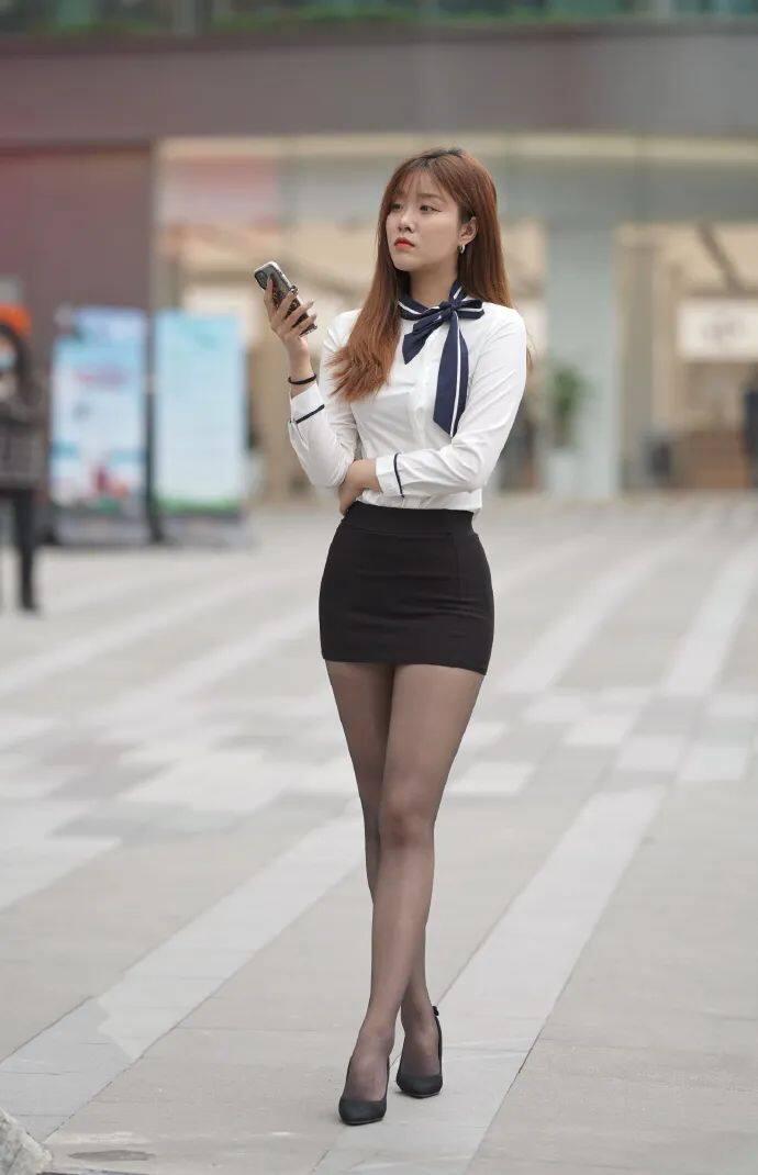 [街拍美女]穿黑裙搭黑丝的时尚女生,这才是职场该有的样子