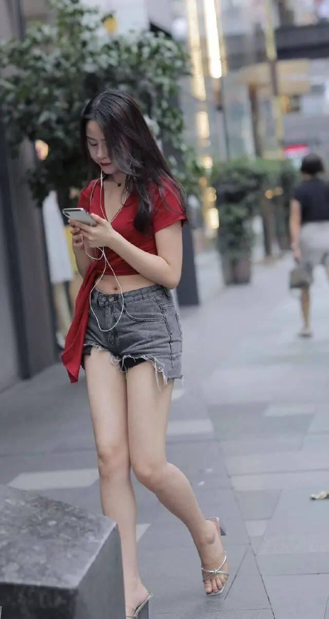 [街拍美女]与闺蜜逛街怎么穿?V领短袖搭配牛仔短裤,让胖女孩秀出女神范儿1